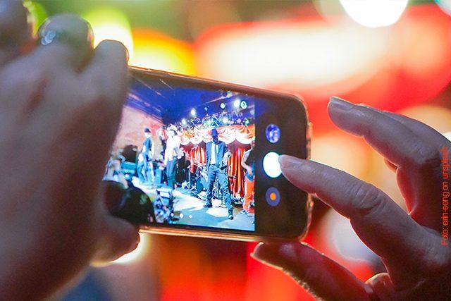 Warum Handys auf einem Konzert uncool sind